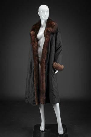969d99a5 Vendbar pelsfrakke af brun ilder og sort stof, str. 40