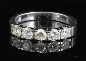 Ring in 14kt gold set with 5 brilliant cut diamonds 0.90 ct