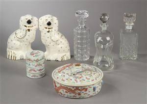 Fem dele kinesisk porcelæn, tre karafler og to Staffordshire hunde, 1900-tallet 10