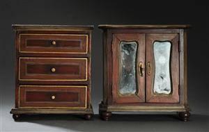 To miniature møbler af bemalet træ, 1900-tallets begyndelse (2)