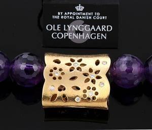 Ole Lynggaard. Blonde lås i 18 kt. rødguld med brillanter og ametystkæde