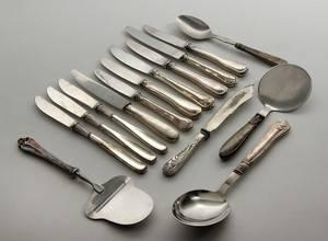 Samling af serveringsdele og knive med skafter af sølv 15