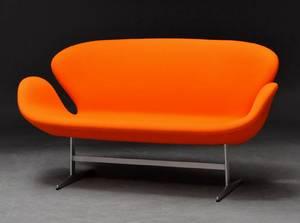 Arne Jacobsen. Svanesofa, model 3321, Årgang 2013
