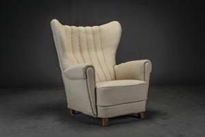 Dansk møbelarkitekt. Lænestol betrukket med lyst uld 1940erne