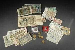 Samling af pengesedler og mønter
