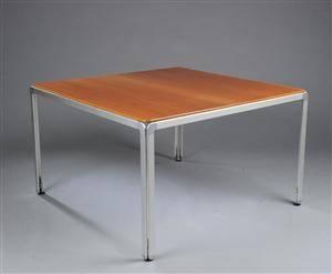 Arne Jacobsen. AJ Djob kvadratisk bord, kirsebær, model AJB120