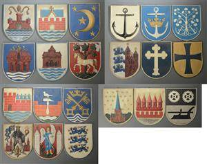 En samling på 21 danske byvåben af delvist bemalet metal. 21