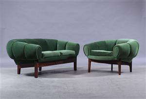 Illum Wikkelsø. To-pers. sofa samt lænestol, model croissant 2