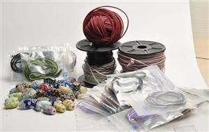 50 Charlotte Borgen beads, 50 ruskinds silke straps og lædersnor til smykkefremstilling