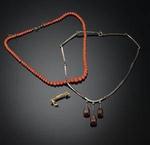 1b83d01485b Kæde af koral, N.E From kæde af sølv samt broche af 585
