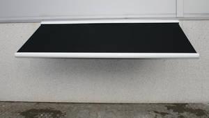 Sort markise 4 meter, lukket aluminiumskasse, motor samt fjernbetjening
