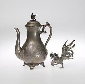 KANNA, Nysilver, England, Dekor av fågel på kannans lock  Tupp, figur i metall, 1800-tal.