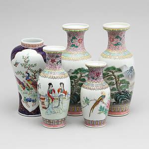 VASER, 5 st, porslin, Kina, 1900-talets andra hälft.