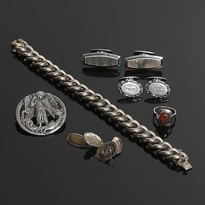MANSCHETTKNAPPAR , BROSCH, ARMLÄNK samt RING, 9 delar silver. 1900-tal. Totalvikt 78 gram.