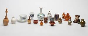 FIGURINER och MINIATYRER med mera. Cloisonne, porslin, keramik, trä, 18 delar. Bland annat Meissen och Goebel, 1900-tal.