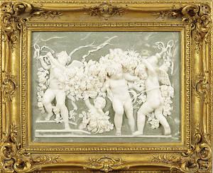 TAVLA, motiv med änglar, porslin i relief med förgylld ram, samtida.