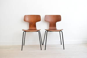ARNE JACOBSEN. Set of 2 T Chairs in teak, made by Fritz Hansen in 1970.