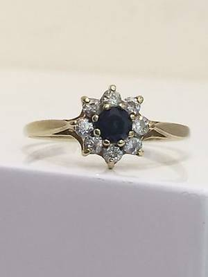 SAPPHIRE CLUSTER RING.