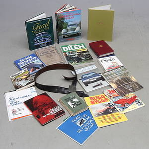 BÖCKER, tema Bilar, mestadels Ford med bland annat autografer av Jackie Stewart samt BÄLTE, dekor av Ford.