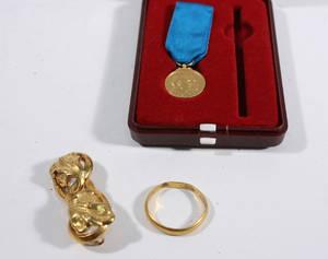 Ring, brosch samt medalj, 23K samt 18K guld. Vikt ca 12 gr. 3