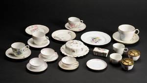Den kgl. Porcelainsfabrik En samling ældre kopper  24