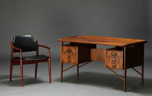 Dansk møbelarkitekt. Skrivebord samt Arne Vodder. Armstol 2