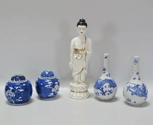 Parti orientaliskt porslin, Kina, 5 delar, figurin, vaser samt lockurnor