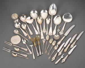 En samling sølvtøj