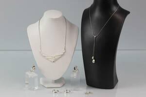 COLLIÉRER, 2 st, ringar, 2 st, samt örhängen, två par, silver