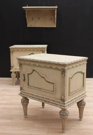 Nattduksbord, ett par, samt vägghylla, Louis XVI-stil. 3