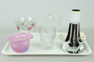 BRICKA med bordslampa, skålar, samt vas, bl.a. Ulrica Hydman-Vallien, Boda, Kjell Engman, Kosta