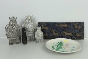 PARTI med figuriner, 3 st, väggplatts, fat, samt vas, Upsala-Ekeby, bl.a. Taisto Kaasinen