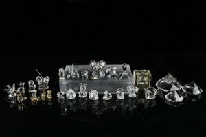 PARTI med figuriner, brevpressar och bläckhorn, bl.a. Swarovski