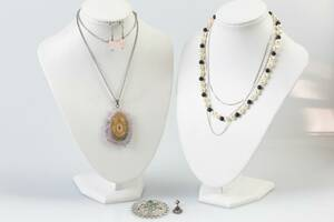 HALSKEDJOR, 3 st, örhängen, 3 st, brosch och hänge, silver, samt colliér med lås i silver