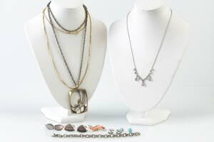 PARTI med colliérer, örhängen, två par, manschettknappar, två par, halskedja, brosch, bl.a. silver