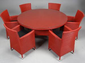 Havemøbler. Seks havestole samt rundt bord, rødt polyrattan, aluminium stel. 7