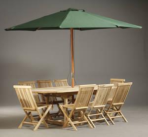 Havemøbelsæt i teak. 1 bord med udtræk, 8 klapstole og 1 parasol 10