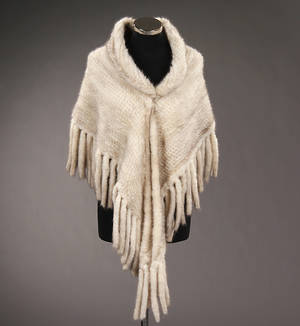 Poncho-sjal af strikket mink. Black cross